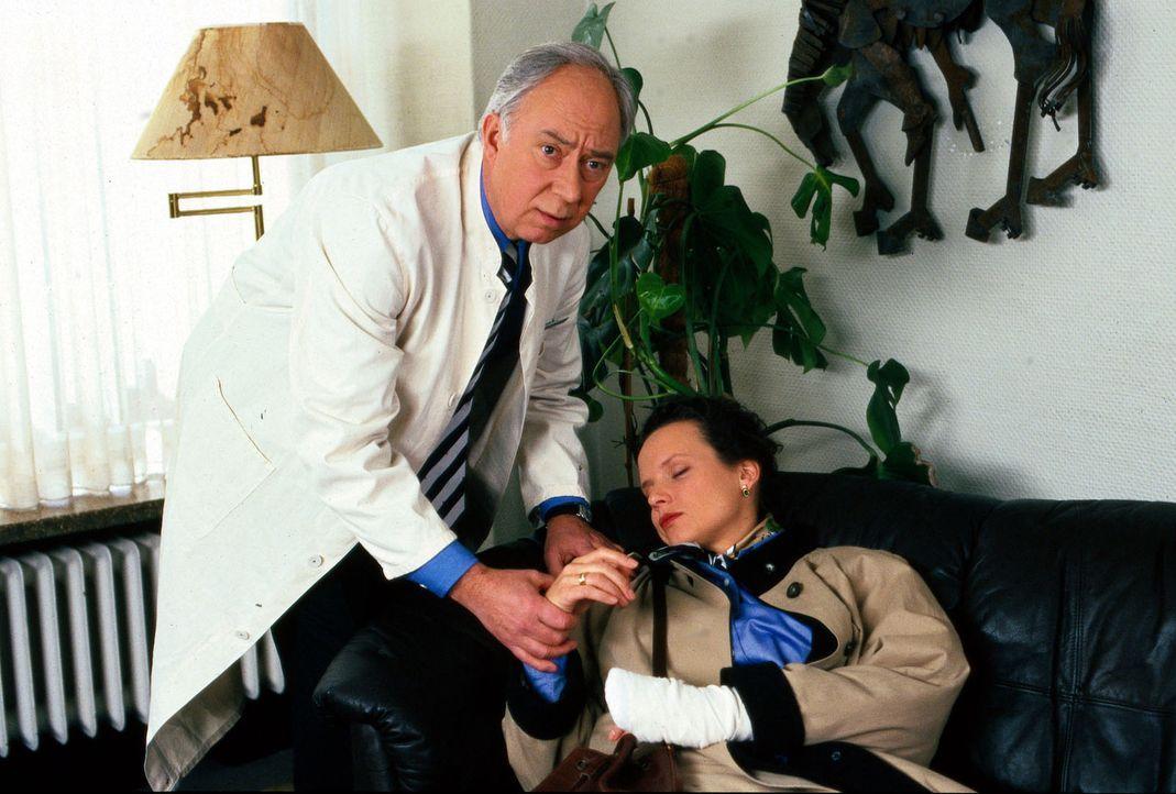 Dr. Sabine Rast (Julia Hentschel, r.), die die erste Hilfe für eine verunglückte Patientin geleistet hat, bricht ohnmächtig zusammen, als sie erf... - Bildquelle: Noreen Flynn Sat.1