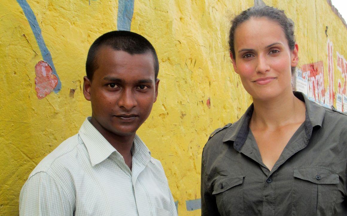 Reporterin Mary-Ann Ochota (r.) trifft sich mit dem Chefredakteur der einzigen Zeitung von und für Straßenkinder in Indien, Vijay Kumar (l.) ... - Bildquelle: Quicksilver Media 2012