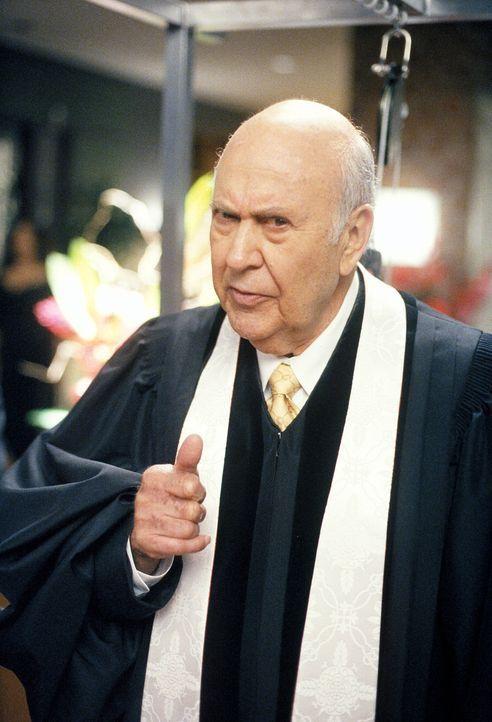 Jedes Mal, wenn er gerührt ist oder lachen muss, fällt Reverend Buck (Carl Reiner) in Ohnmacht, eine Tatsache, die ihn nicht unbedingt zum besten Ka... - Bildquelle: 2002 Twentieth Century Fox Film Corporation. All rights reserved.