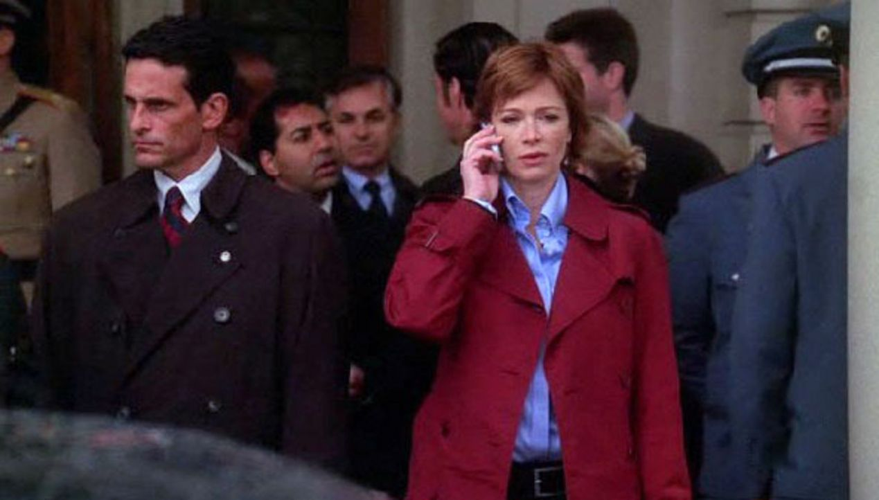 Jenny Shepard (Lauren Holly, vorne) muss an einer Konferenz in Übersee teilnehmen, deswegen wird Gibbs als Direktor verpflichtet ... - Bildquelle: CBS Television