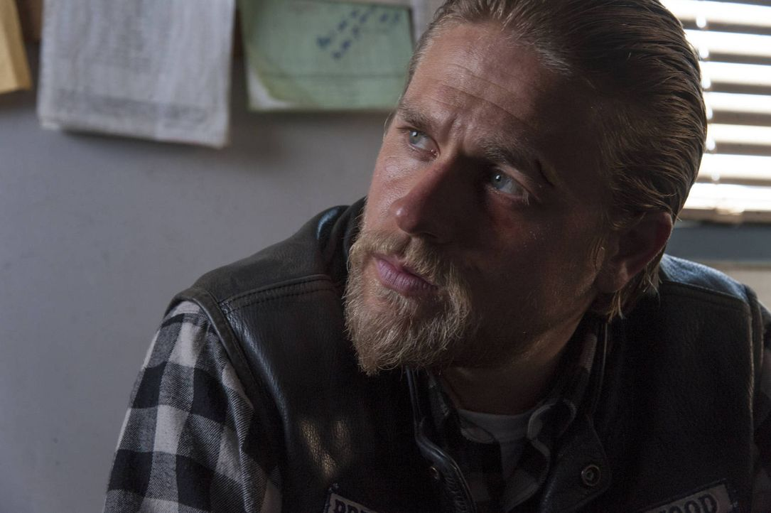 Jax (Charlie Hunnam) muss handeln, als ihm die Gefahr aus den eigenen Reihen bewusst wird ... - Bildquelle: 2012 Twentieth Century Fox Film Corporation and Bluebush Productions, LLC. All rights reserved.