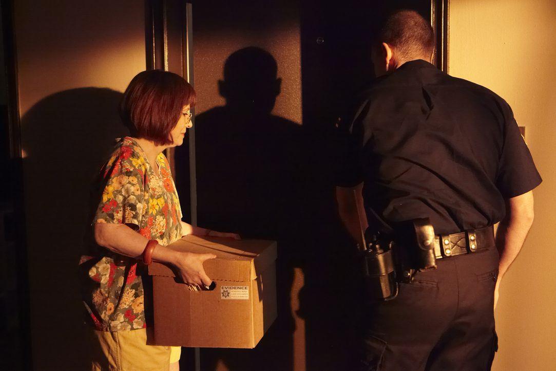Gibt sich nicht damit zufrieden, dass die Polizei den Fall ihrer Tochter ungelöst ad acta legt: Jeanette (Elaine Frances Lynch, l.) ... - Bildquelle: Craig Lenihan Cineflix 2013