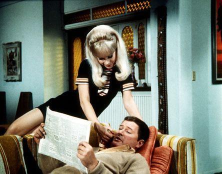 Solange sie Besuch vom Neffen der Bellows haben, muss Tony (Larry Hagman, r.)...
