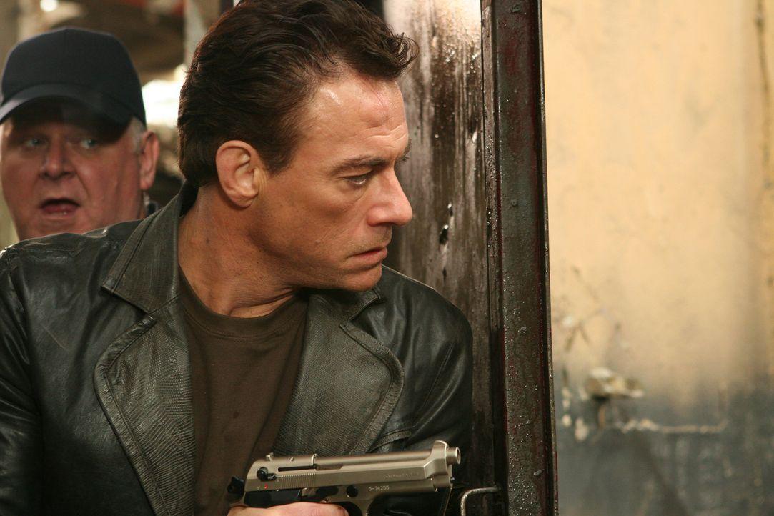 Der abgewrackte und verlotterte Drogencop Anthony Stowe (Jean-Claude Van Damme, r.) ist im Berufsalltag bei der Wahl seiner Mittel keineswegs zimper...