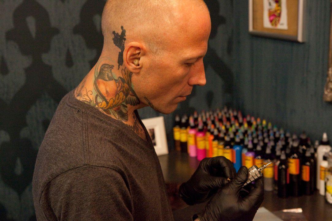 """Tommy Helm befreit in """"Tattoo Nightmares"""" seine unglücklichen Kunden von ihren Tattoo-Sünden und versucht zu retten, was noch zu retten ist ... - Bildquelle: 2012 Spike Cable Networks Inc. All Rights Reserved."""