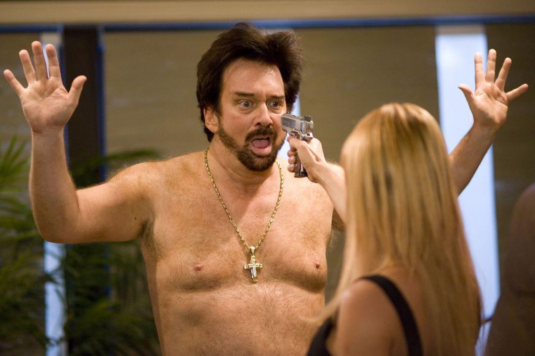 Gorgeous' (Bob Rubin, l.) neue Masseurin entpuppt sich als Special Agent Eunice Bloom (Julie Benz, r.) - und die  greift auch gerne mal zu harten Ba... - Bildquelle: 2009 Boondock Saints II Productions, LLC. All Rights Reserved. Asset