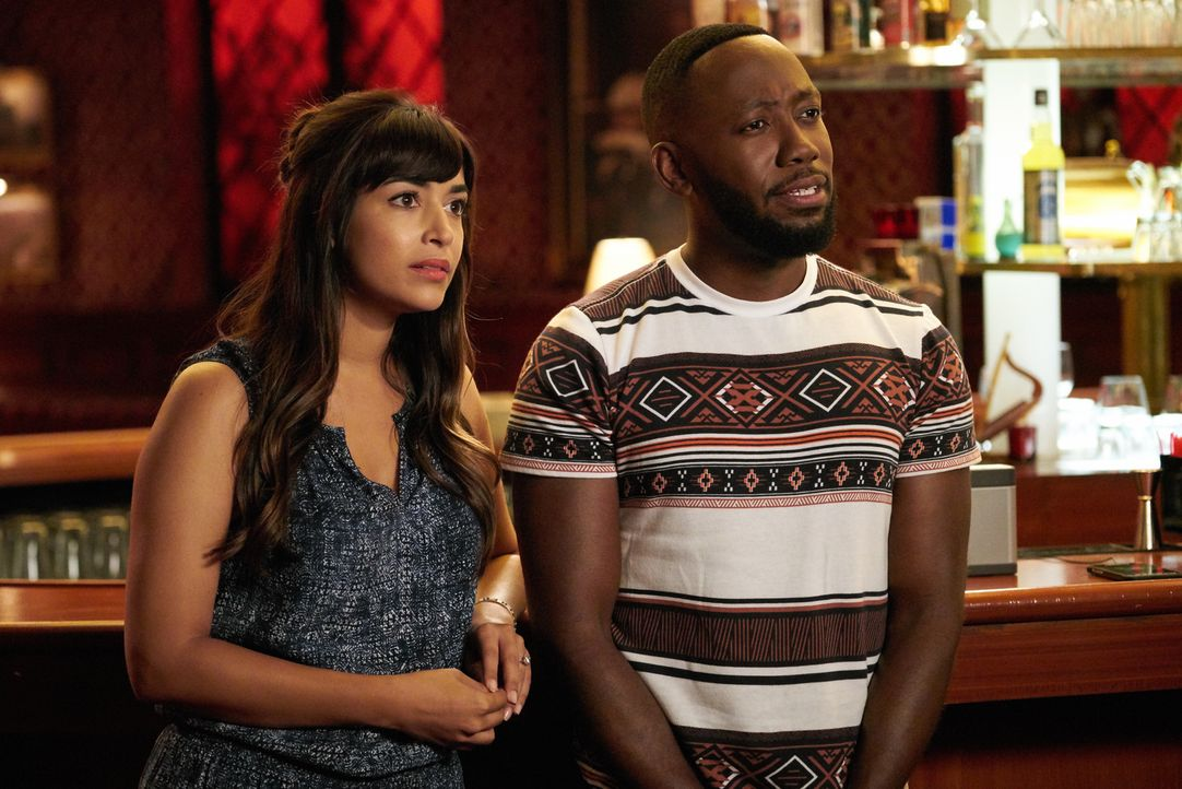 Cece (Hannah Simone, l.) und Winston (Lamorne Morris, r.) versuchen sich als DJs für elektronische Tanzmusik ... - Bildquelle: 2017 Fox and its related entities.  All rights reserved.