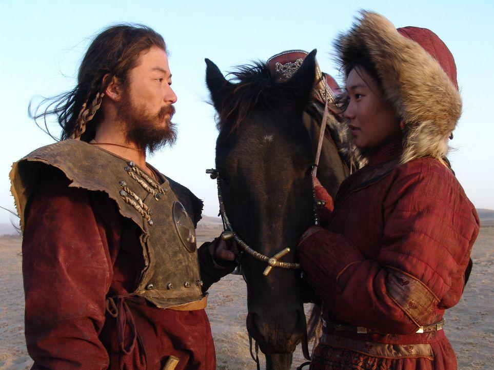 Der junge Nomade Temudgin (Tadanobu Asano, l.) findet in dem Mongolenmädchen Borte (Khulan Chuluun, r.) seine große Liebe. Als Borte durch einen ver... - Bildquelle: X-Filmverleih