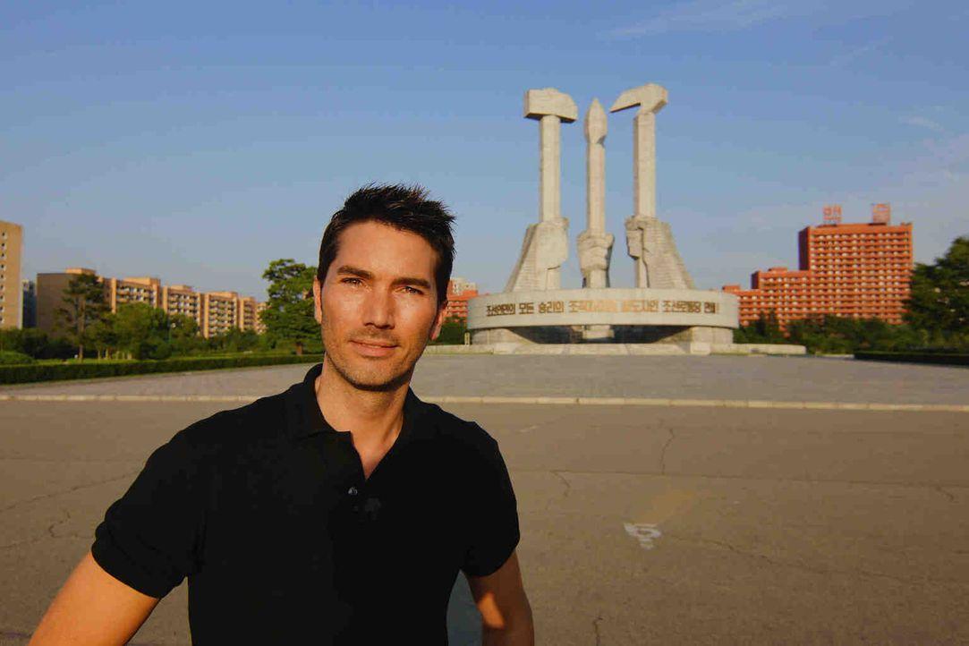 Stefan Gödde vor dem Denkmal der Arbeiterpartei in Pjöngjang. Der Hammer steht für die Arbeiterklasse, der Pinsel für die Intellektuellen, die Siche... - Bildquelle: ProSieben