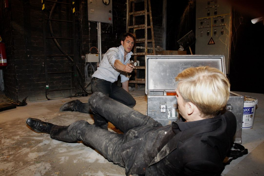 Mark (Arne Stephan, l.) unternimmt einen letzten verzweifelten Anlauf, Philip (Philipp Romann, r.) zu überwältigen ... - Bildquelle: SAT.1