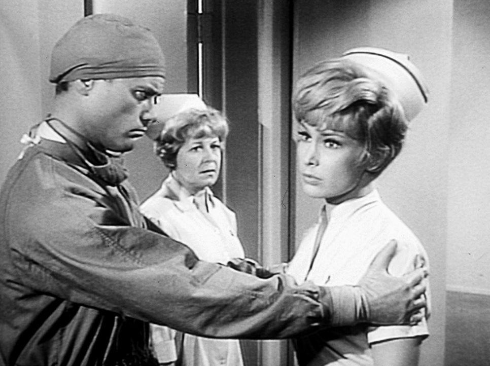 Tony (Larry Hagman, l.) und Jeannie (Barbara Eden, r.) spielen Arzt und Schwester durch Jeannies Zauberkunst. Schwester Julia (Jane Dulo, M.) wunder... - Bildquelle: Columbia Pictures