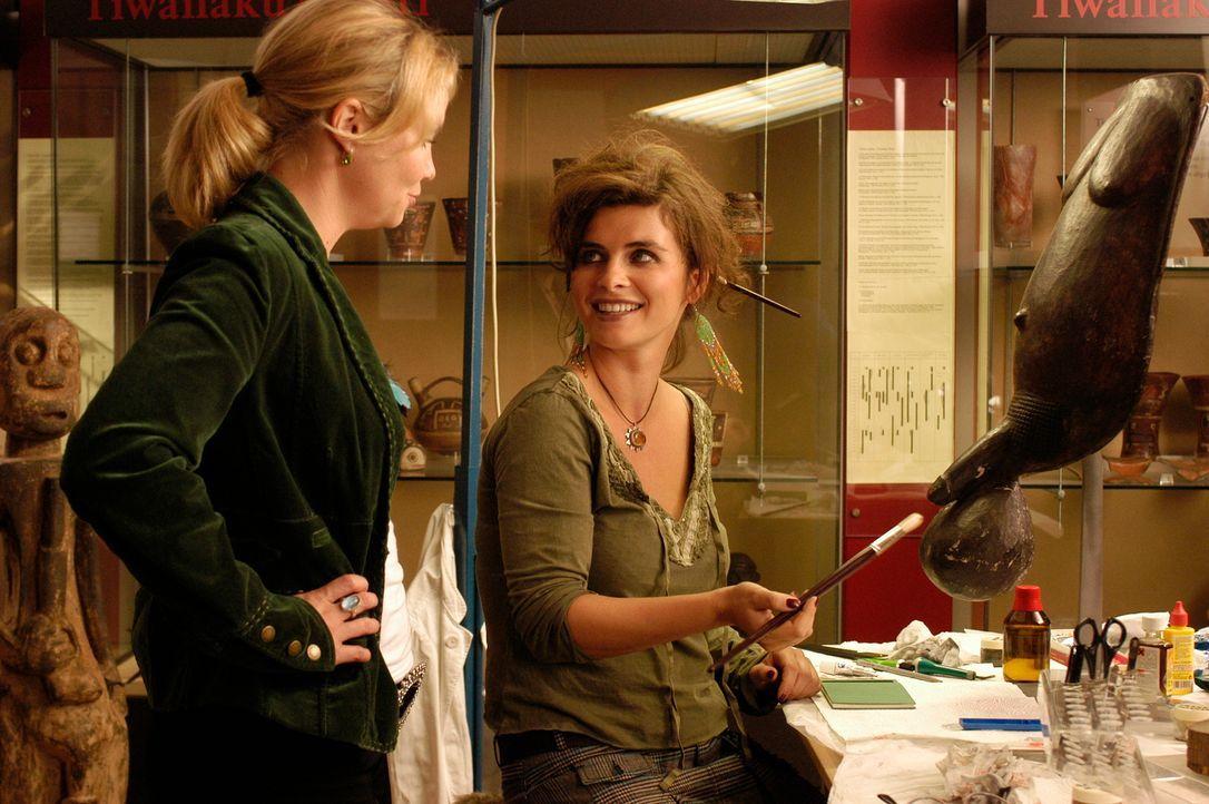 Zwischen Minza (Annette Frier, l.) und Michaela (Anne Brendler, r.) entbrennt ein eigenartiger Zweikampf ... - Bildquelle: Hans Seidenabel ProSieben