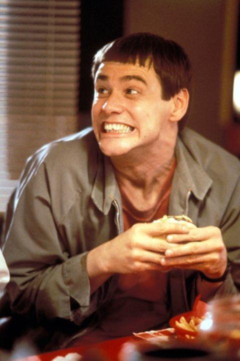 Llyod (Jim Carrey) ist Chauffeur einer Limousine. Er erhält den Auftrag, die reiche Mary zum Flughafen zu fahren. Sofort verliebt er sich in sie ... - Bildquelle: Warner Bros.