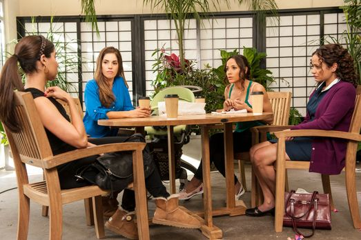 Devious Maids - Gute Freunde: Zoila (Judy Reyes, r.), Marisol (Ana Ortiz, 2.v...