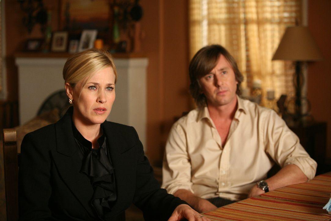 Joe (Jake Weber, r.) und Allison (Patricia Arquette, l.) machen sich Sorgen um ihre Tochter Ariel, die von schlimmen Alpträumen geplagt wird. - Bildquelle: Paramount Network Television