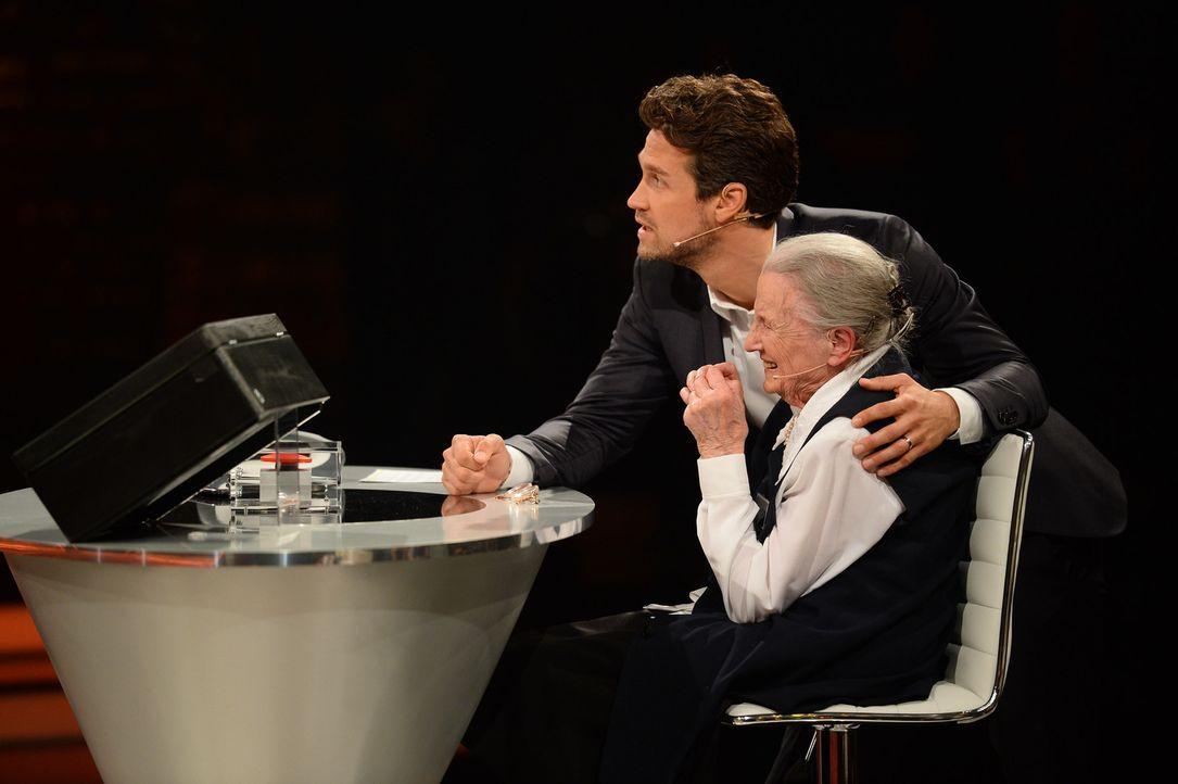 Die Spannung steigt ins Unermessliche: Moderator Wayne Carpendale (l.) und seine Kandidatin Elisabeth (r.) ... - Bildquelle: Willi Weber SAT.1