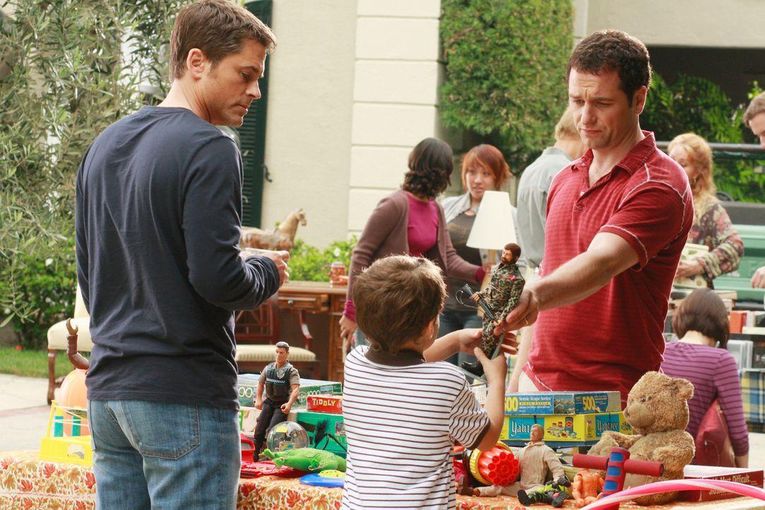 Kevin (Matthew Rhys, r.) wünscht sich für Kitty mehr Unterstützung von Robert (Rob Lowe, l.) ... - Bildquelle: 2008 ABC INC.