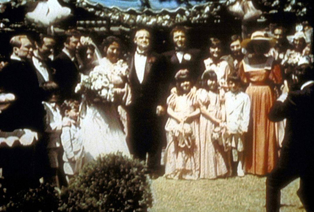 Noch ahnen Don Vito Corleone (Marlon Brando, M.), seine Tochter Connie (Talia Shire, 4.v.l.), ihr Bräutigam Carlo Rizzi (Gianni Russo, 3.v.l.) und... - Bildquelle: Paramount Pictures
