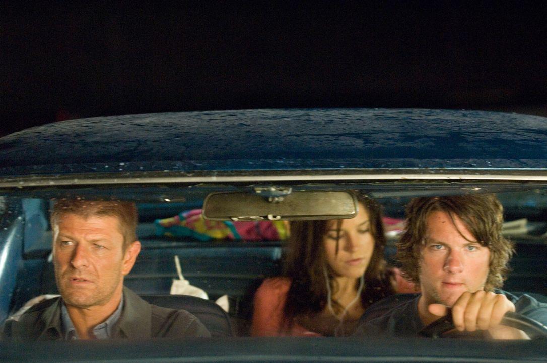 Als sich die Studenten Grace (Sophia Bush, M.) und Jim (Zachary Knighton, r.) bereit erklären, einen Anhalter (Sean Bean, l.) mitzunehmen, begehen s...