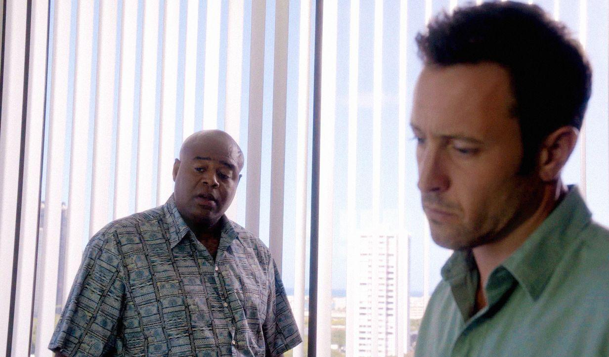 Chin riskiert alles um Danny dabei zu helfen, seinen Bruder zu retten, während Steve (Alex O'Loughlin, r.) und Lou Grove (Chi McBride, l.) in einem... - Bildquelle: 2014 CBS Broadcasting Inc. All Rights Reserved.