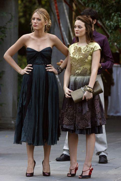 Serena (Blake Lively, l) und Blair (Leighton Meester, r.) machen sich Sorgen um Carter, der sich den Buckleys gestellt hat. - Bildquelle: Warner Brothers