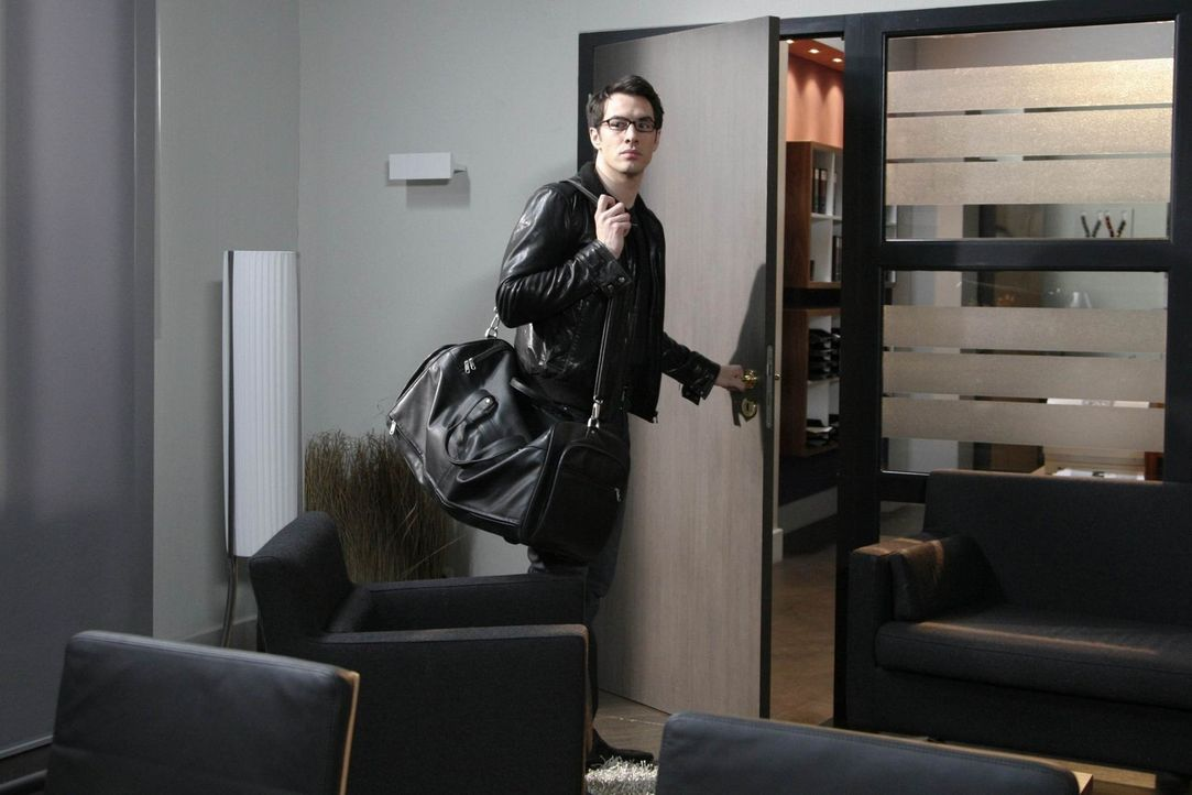 Manu ist vollkommen neben der Spur, als Mark (Arne Stephan) ihretwegen das Hotel verlässt ... - Bildquelle: SAT.1
