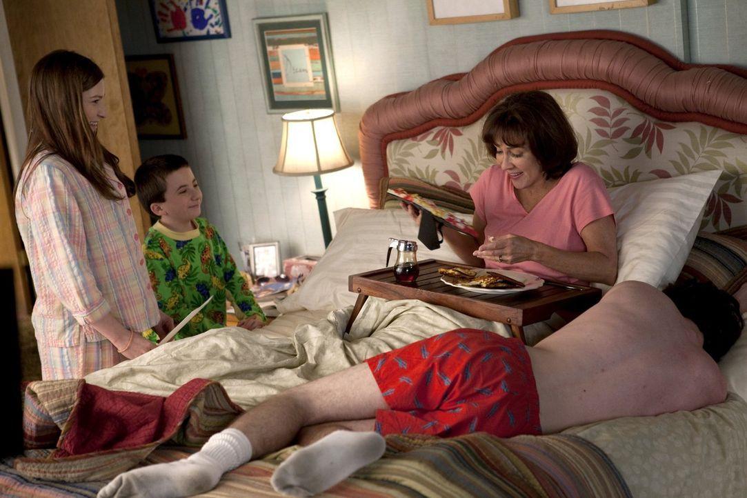 Sie hatte sich so auf einen gemütlichen Muttertag gefreut, doch was Sue (Eden Sher, l.), Brick (Atticus Shaffer, 2.v.l.) und Axl (Charlie McDemott,... - Bildquelle: Warner Brothers