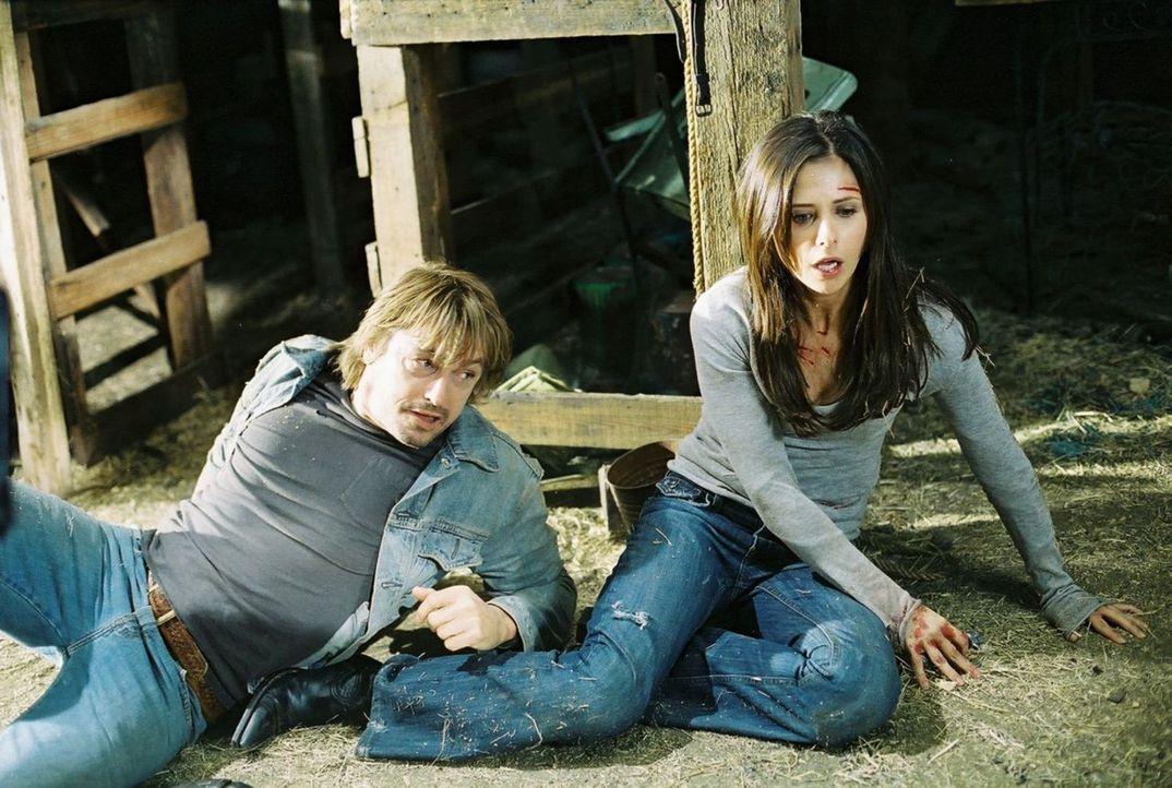 Erst spät erkennen Joanna (Sarah Michelle Gellar, r.) und Terry (Peter O'Brien, l.), dass ihre Vergangenheit auf mörderische Weise miteinander verfl... - Bildquelle: Tobis Film GmbH & Co. KG