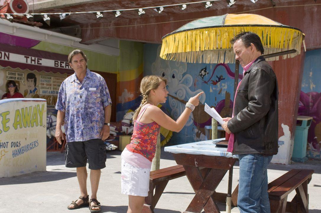Verzweifelt versucht Kirra (Bindi Irwin, M.) ihrem Opa, Freizeitparkbetreiber Gus (Beau Bridges, l.), und dessen Konkurrenten Rolf (Stephen Jennings... - Bildquelle: 2009 Warner Brothers