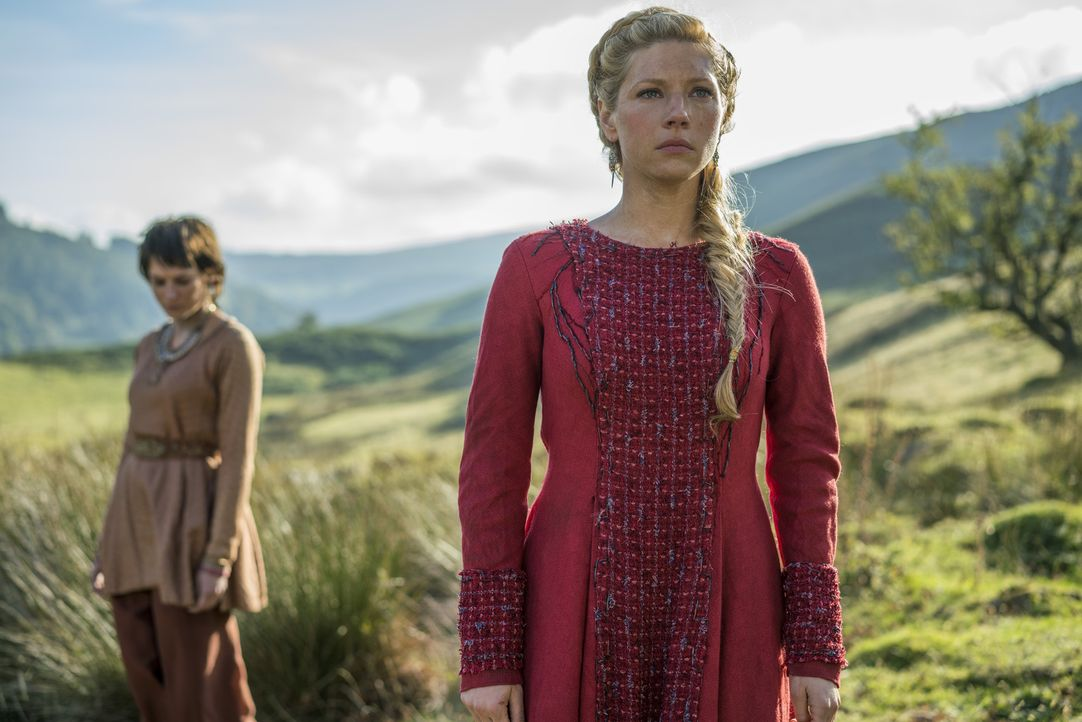 Als Ragnar Lagertha in Hedeby aufsucht, um auch sie zu bitten, ihn zu begleiten, macht er Bekanntschaft mit Astrid (Josefin Asplund, l.), deren Amme... - Bildquelle: 2016 TM PRODUCTIONS LIMITED / T5 VIKINGS III PRODUCTIONS INC. ALL RIGHTS RESERVED.