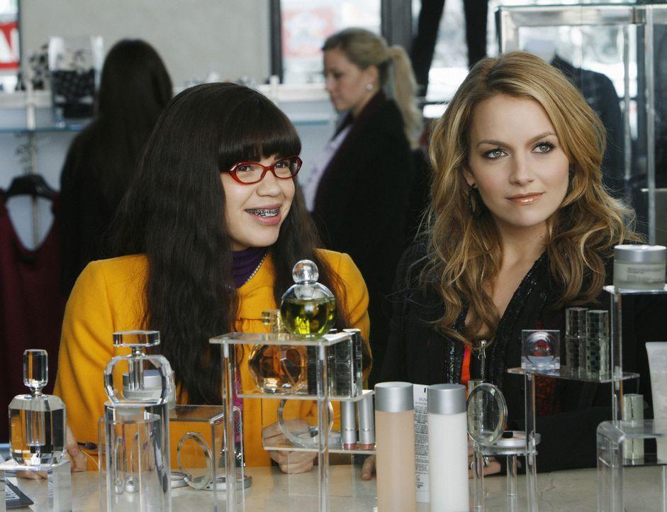 Sollen gemeinsam einen Artikel verfassen, obwohl sie schon im Zusammenleben große Probleme haben: Betty (America Ferrera, l.) und Amanda (Becki Newt... - Bildquelle: 2008   ABC Studios