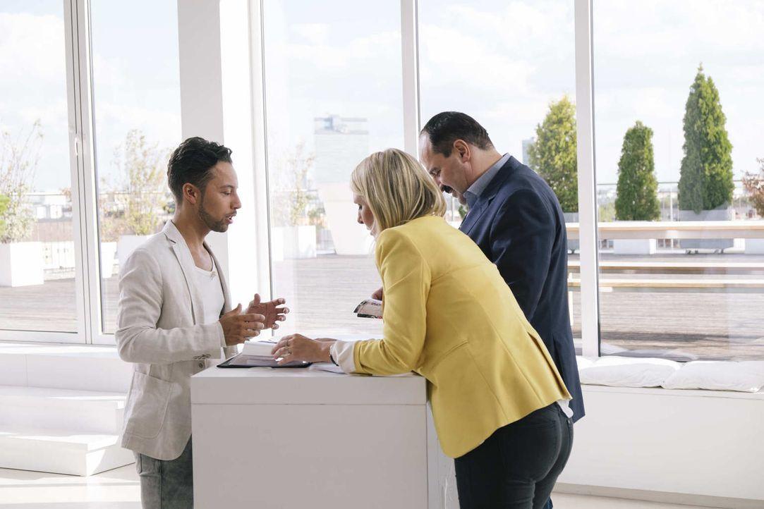 """Der Sternekoch und Unternehmer Johann Lafer (r.) und Lea-Sophie Cramer (M.), Gründerin von """"Amorelie"""", entscheiden, welche Business-Idee die besten... - Bildquelle: Stefan Hobmaier kabel eins"""