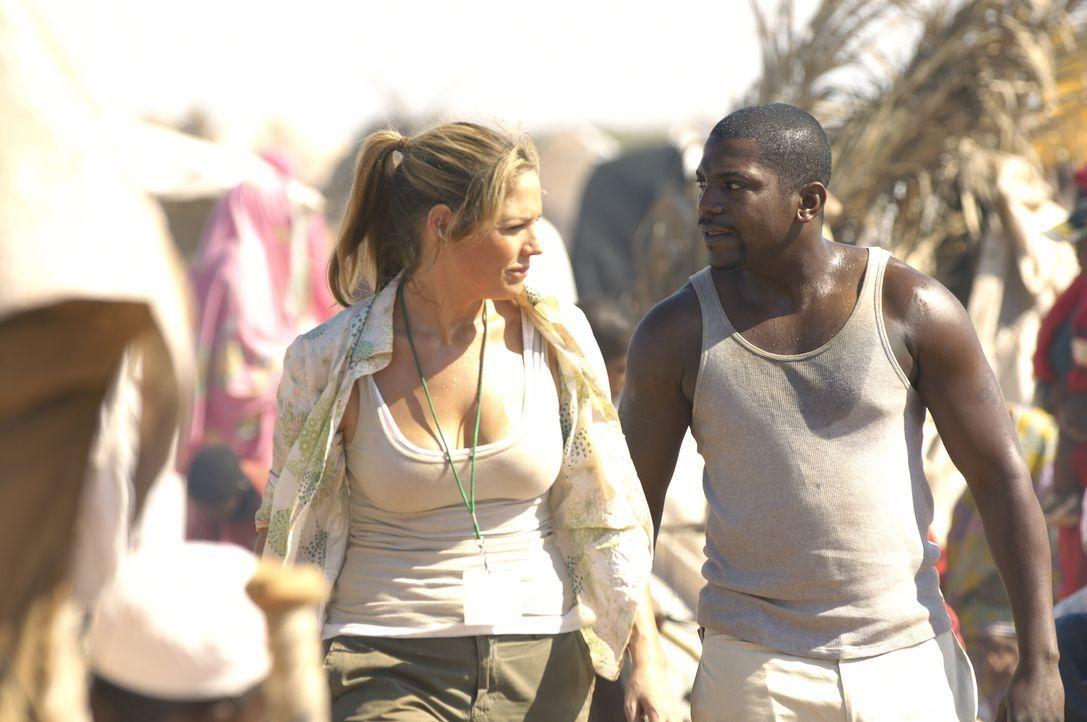 Dabbie (Mary McCormack, l.) hat Pratt (Mekhi Phifer, r.) vom Flughafen abgeholt und zeigt ihm nun das Leid im Lager ... - Bildquelle: Warner Bros. Television