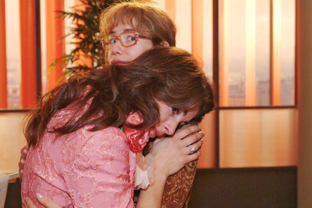 Lisa (Alexandra Neldel, r.) ist von Mariellas (Bianca Hein, l.) plötzlichem Weinkrampf überrascht und überfordert. (Dieses Foto von Alexandra Neldel... - Bildquelle: Monika Schürle Sat.1