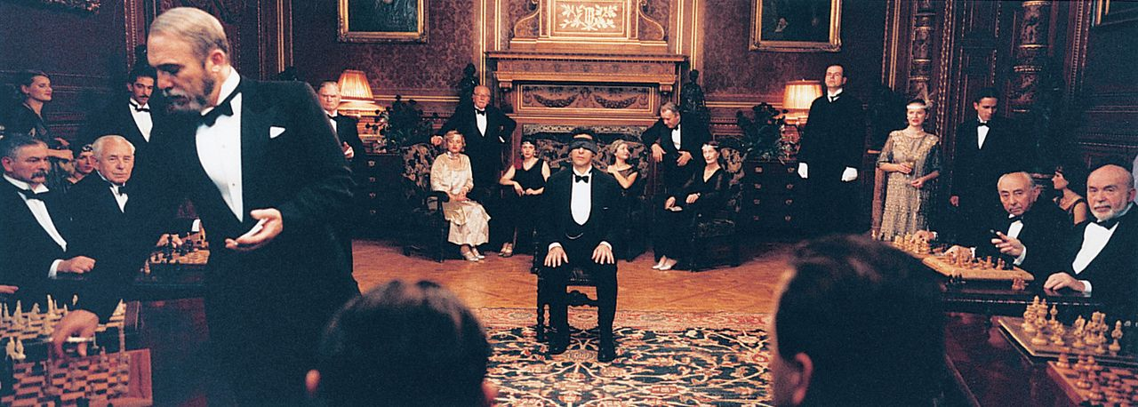 Lässt sich auf einen teuflischen Plan ein: Alexander Lushin (John Turturro, M.) ... - Bildquelle: 2003 Sony Pictures Television International. All Rights Reserved.