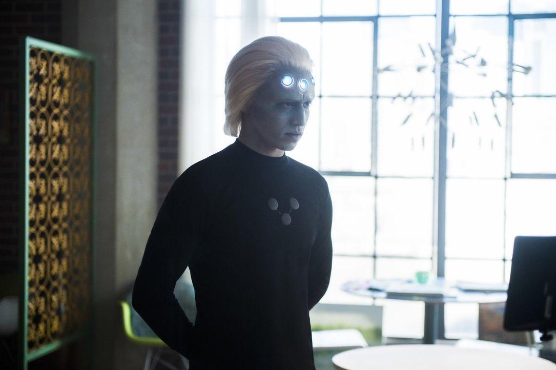Als Mon-El nicht mehr weiß, wie er Kara nach dem Kampf mit Reign helfen soll, ruft er das Legion-Mitglied Braniac-5 (Jesse Rath) zur Hilfe. Doch kan... - Bildquelle: 2017 Warner Bros.