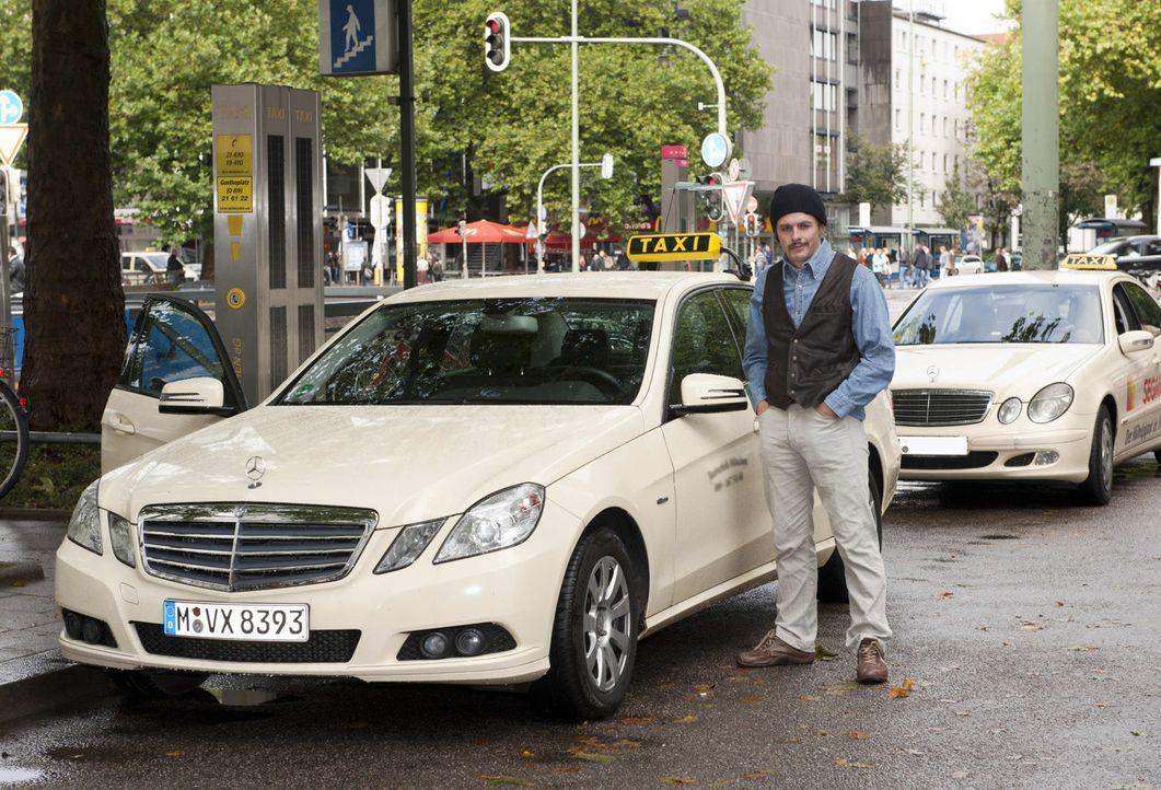 Verkleidet als Taxifahrer geht Klaas auf seine Mission ... - Bildquelle: ProSieben