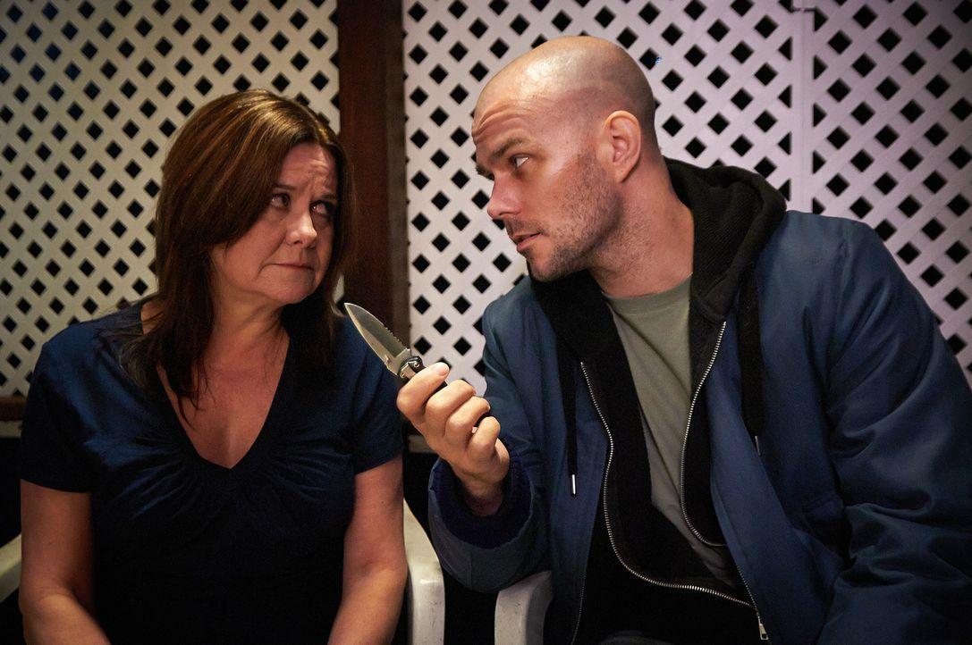 Schnell wird Verna (l.) klar, dass Gerald (r.) es ernst meint und selbst vor Mord nicht zurückschreckt  ... - Bildquelle: Steven Lungley Cineflix 2014