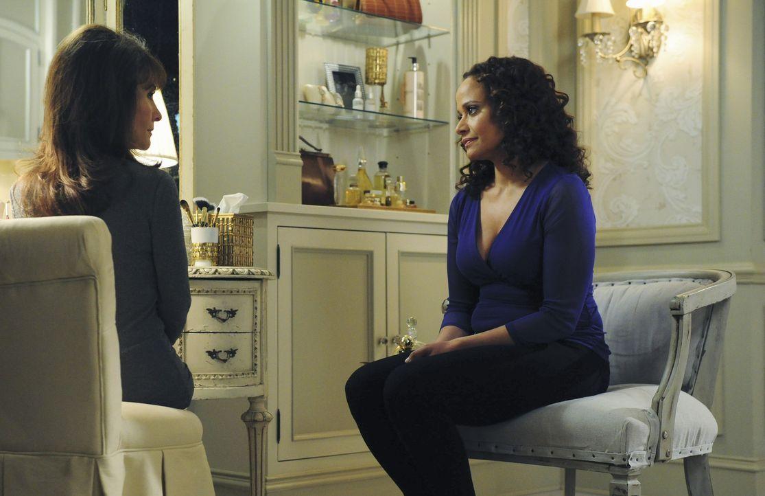 Während Zoila (Judy Reyes, r.) sich um die Gesundheit von Genevieve (Susan Lucci, l.) sorgt, muss Marisol eine neue Angestellte finden ... - Bildquelle: 2014 ABC Studios