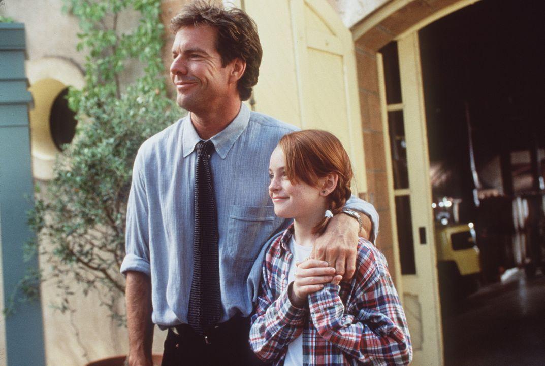 Jetzt wird getauscht: Für Hallie geht die Reise nach London, während Annie (Lindsay Lohan, r.) bei ihrem Vater Nick (Dennis Quaid, l.) in Kaliforn... - Bildquelle: Buena Vista International