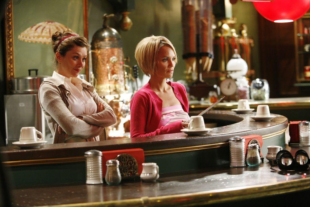 Hegen einen schlimmen Verdacht: Chuck (Anna Friel, l.) und Olive (Kristin Chenoweth, r.) ... - Bildquelle: Warner Brothers