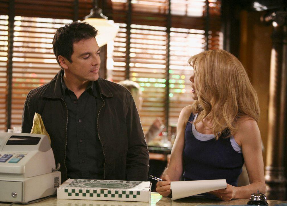 Lynette (Felicity Huffman, r.) ist völlig überrascht, als plötzlich Rick (Jason Gedrick, l.) neben ihr in der Pizzeria steht ... - Bildquelle: ABC Studios