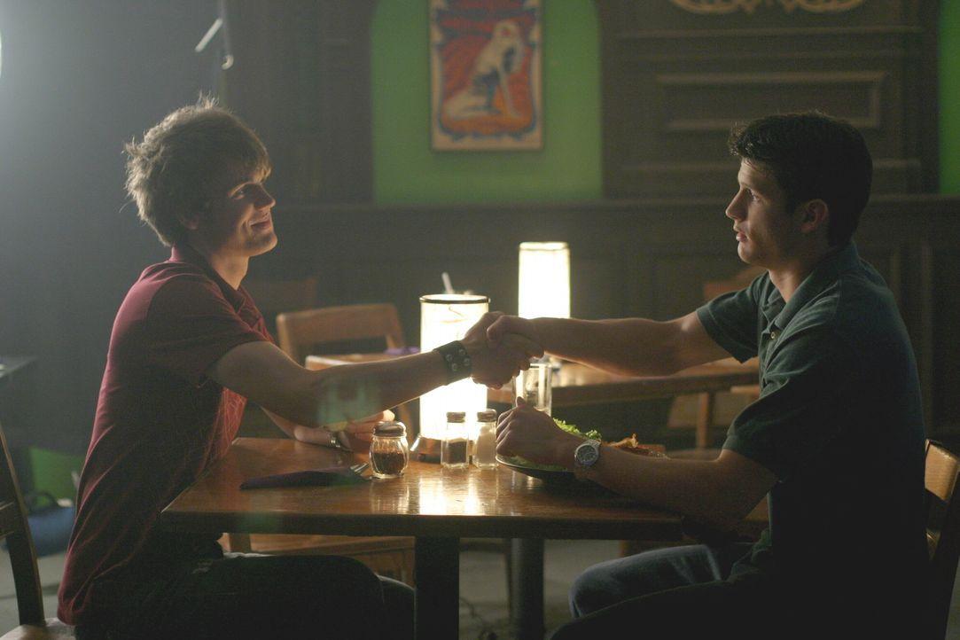 Nathan (James Lafferty, r.) bittet Chris (Tyler Hilton, l.), dass er Haley wieder für die Musik begeistert - er verfolgt jedoch auch noch ganz ande... - Bildquelle: Warner Bros. Pictures