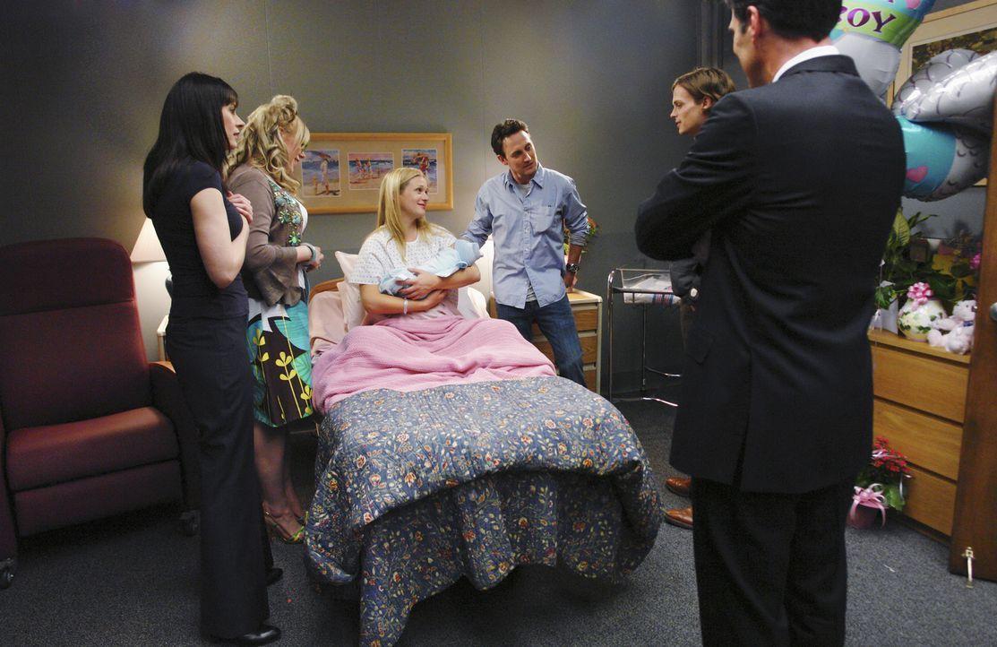 Grund zur Freude: JJ (AJ Cook, 3.v.l.) hat einen Jungen zur Welt gebracht. Emily, Penelope, Hotch und Reid statten ihr einen Besuch ab ... - Bildquelle: Touchstone Television