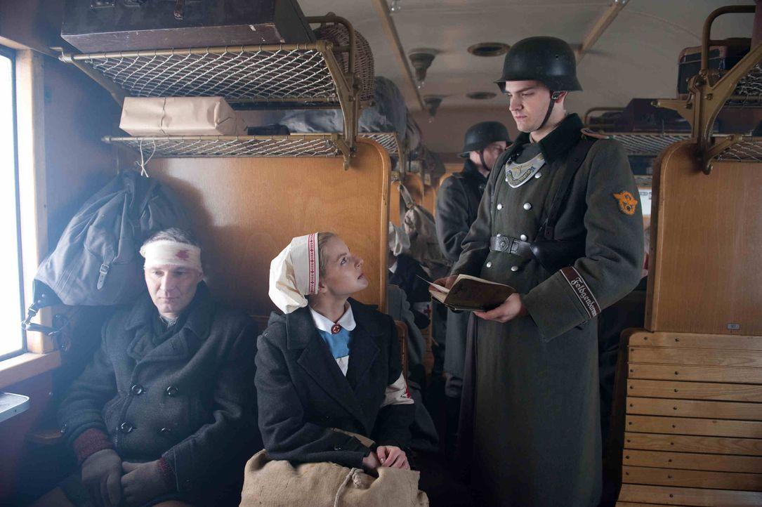 1944: Als Ellen (Yvonne Catterfeld, M.) erfährt, dass Hans' U-Boot einen Maschinenschaden hatte und in Norwegen festhängt, wagt sie sich auf eine ge... - Bildquelle: Nicolas Maack SAT.1