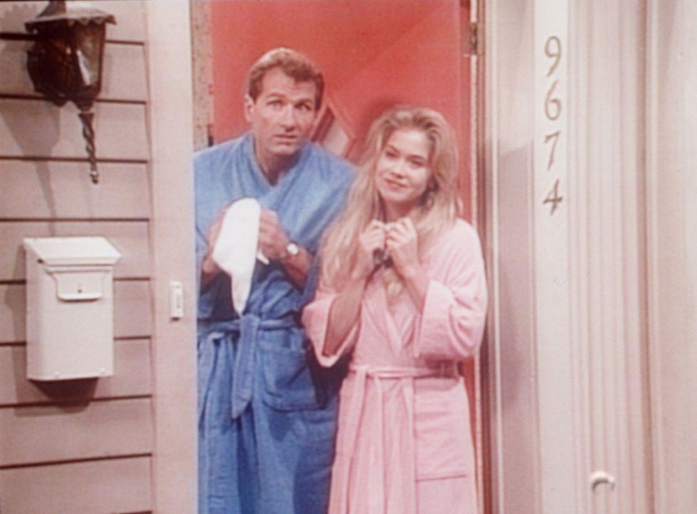 Um sich vor dem Besuch bei Peggys Mutter zu drücken, geben Al (Ed O'Neill, l.) und Kelly (Christina Applegate, r.) vor, krank zu sein. - Bildquelle: Columbia Pictures