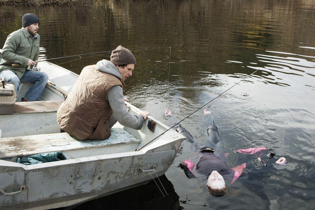 Zwei Angler (Peter Cilella, l. und Aaron Wilton, M.) haben vor Monaten die Leiche von Gail (Helena Barreet, r.) im Onondaga-See gefunden. Hat der ne... - Bildquelle: ABC Studios
