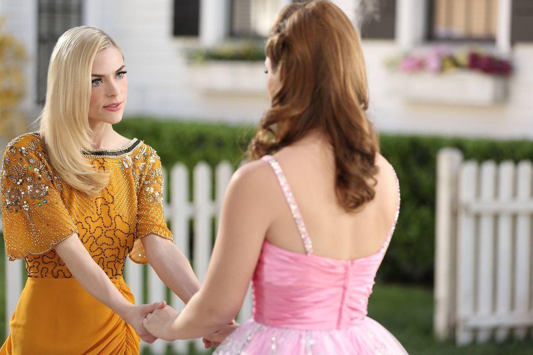 Lemon (Jaime King, l.) unterstützt ihre Freundin Annabeth (Kaitlyn Black, r.) bei einem wichtigen und entscheidenden Schritt in ihrem Leben ... - Bildquelle: Warner Brothers