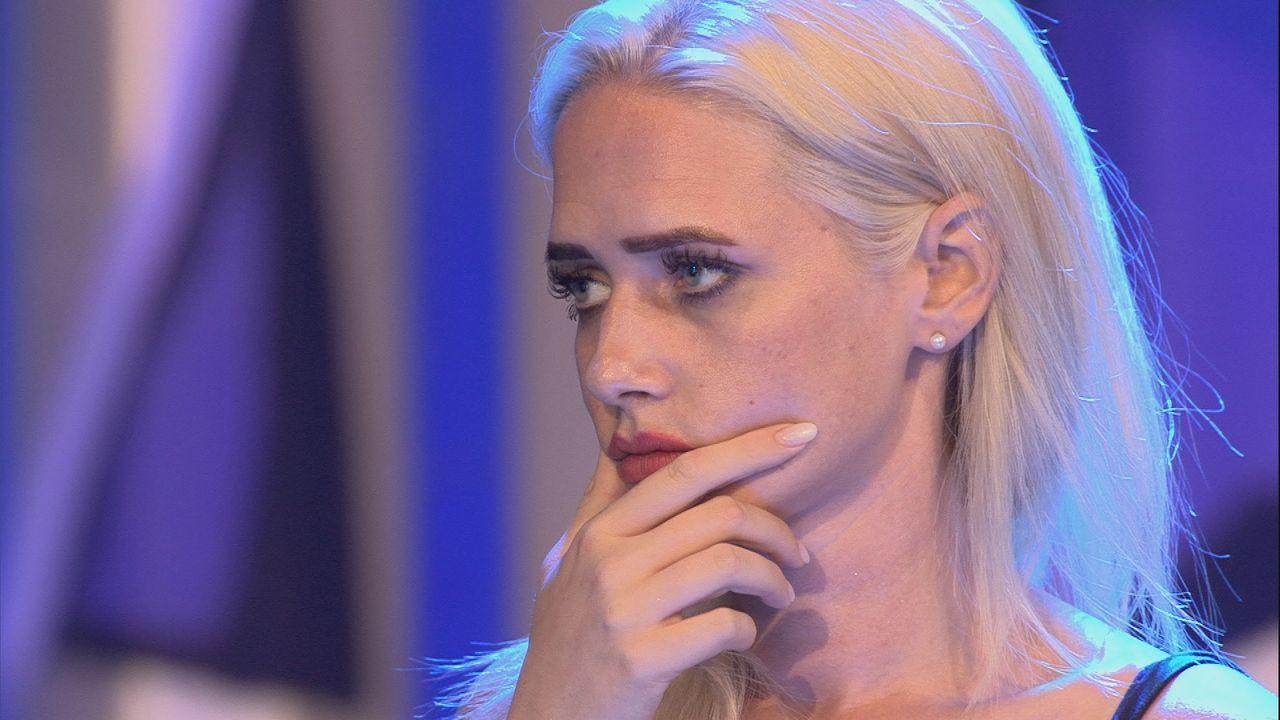 Bange Blicke bei Sarah während des Duells - Bildquelle: SAT.1