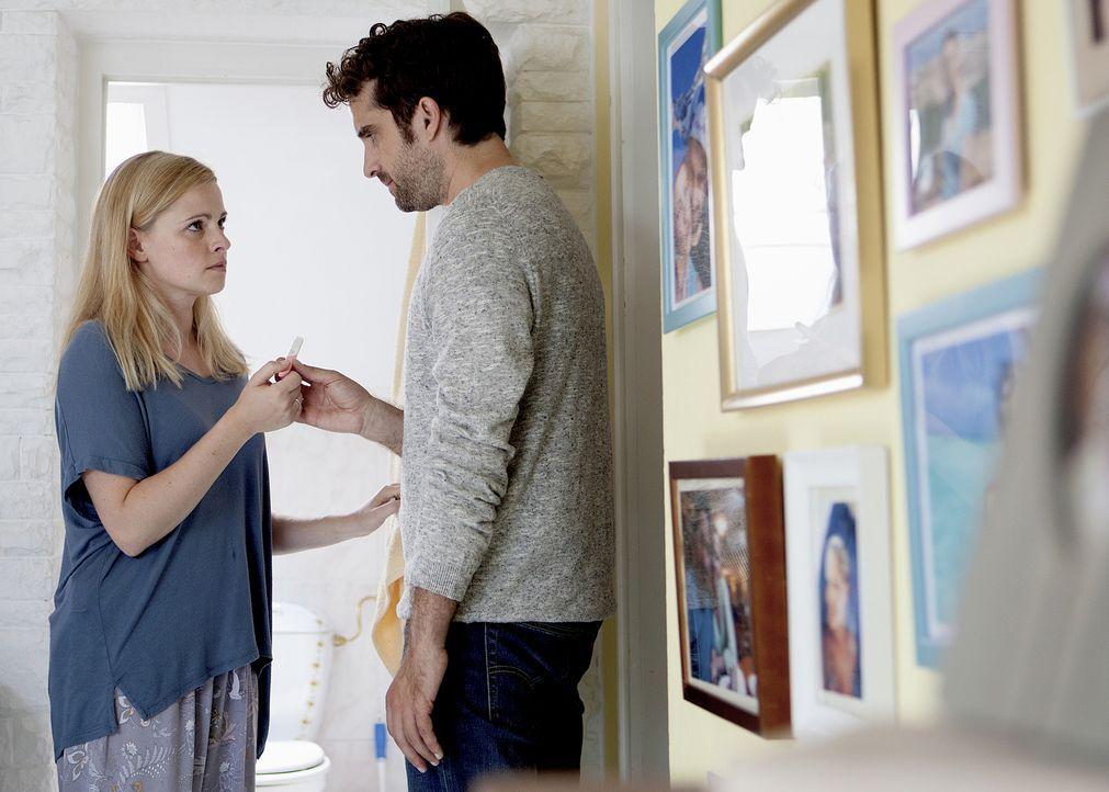 Marie (Jennifer Ulrich, l.) und Benny (Oliver Wnuk, r.) wollen unbedingt ein Kind. Doch mit der Schwangerschaft will es einfach nicht klappen ... - Bildquelle: Sabine Hackenberg SAT.1/Sabine Hackenberg